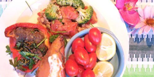 Gepofte zoete aardappel, gehakt in paprika met courgette en broccoli